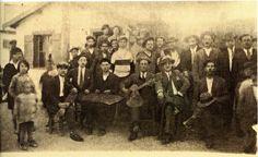 Γλέντι στις αρχές της δεκαετίας του 1930 στη Δραπετσώνα. Διακρίνονται ο Γιώργος Κάβουρας (σαντούρι) και ο Γιάννης Χατζής ή Αγορόπουλος (κιθάρα)