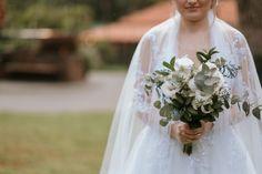 Buquê de noiva com folhagens verde, eucaliptos e lisianthus brancos, buquê da noiva verde e branco com véu Wedding Dresses, Fashion, Bouquet Wedding, White People, Engagement, Green, Bride Dresses, Moda, Bridal Gowns