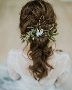 who says a ponytail can't be chic? more on #ruffledblog | photo @therealm2 event styling and floral design @belovely_design venue @kimmelcenter rentals and styling @maggpierentals wedding dress @sweetcarolinestyles hair and makeup @truebeautymarks ring @lpriorijewelry catering @garcesevents wedding invitations @papertreestudio #weddingideas #weddinghair