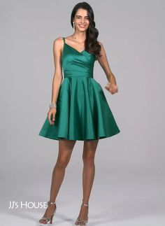 Kleider This classic silhouette simply boosts elegance! Available in 57 colors! Prom Outfits, Hoco Dresses, Satin Dresses, Sexy Dresses, Cute Dresses, Dress Outfits, Fashion Dresses, Formal Dresses, Green Homecoming Dresses