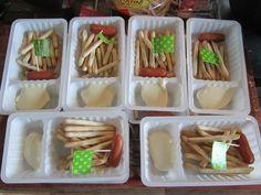 Een patatje, maar dan een gezondere variatie als traktatie! Geen patatjes van aardappel, maar van soepstengels. In plaats van mayonaise doe je een toefje smeerkaas in het bakje. En een klein knakworstje om het geheel af te maken. Haal een paar echte patatbakjes bij de snackbar bij jou in de buurt voor het echte wow-effect!