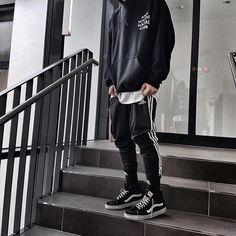 """419 Me gusta, 56 comentarios - Paul' (@its.pl) en Instagram: """"Black and white @im_jw98 __________________ Hoodie: ASSC Jogger: Adidas Sneaker: Vans"""""""