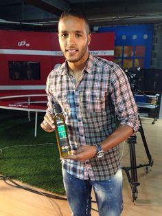 El-Arabi, jugador del Granada Club de Fútbol, con su botella de Amarga y Pica Granada, Button Down Shirt, Men Casual, Club, Mens Tops, Shirts, Fashion, Bottle, Moda
