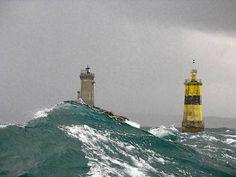 La mer, ses coups de vent, ses vagues blanches d'écume. Nombreux sont les photographes à s'être frottés à l'exercice. Et parmi leur terrain de prédilection, la mer d'Iroise, les parages mal pavés d'Ouessant, les phares de ce bout du monde, témoins d'une nature dont les furies grandioses ne cessent d'exercer leur attrait sur l'imaginaire collectif.