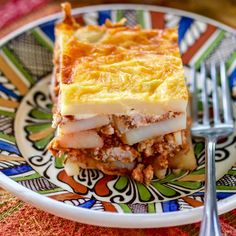 The Romanian Authentic Potato Moussaka is made with layers of potatoes and minced meat. This dish is comfort food, perfect for a family! Moussaka is a popular dish that can be found in the Mediterranean cuisine, Russian Dishes, Russian Recipes, Turkish Recipes, Vintage Recipes, Unique Recipes, Mousaka Recipe, Romanian Food, Romanian Recipes, Mince Dishes