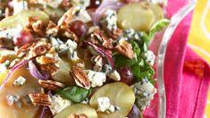 Kirkas perunasalaatti, johon makua tuovat viinirypäleet, pekaanipähkinät ja sinihomejuusto. Potato Salad, Potatoes, Fruit, Cooking, Ethnic Recipes, Food, Kitchen, Potato, Essen