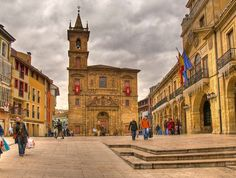 Place: Plaza de la Constitucíon & Iglesia San Isidoro, Oviedo / Asturias, Spain. Photo by: Ramón Durán (flickr)