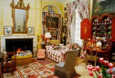 Mario Buatta Manhattan apartment for sale New York City Dolly Lenz Prince of Chintz 120 E. Whitney House, Yellow Dining Room, Mario Buatta, Nantucket Home, Tropical Bedrooms, American Interior, Manhattan Apartment, Gold Bedroom, Interior Decorating