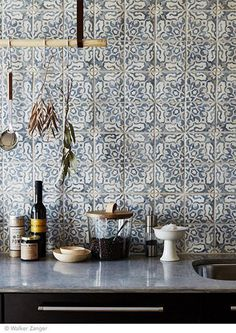 Love the tile for a backsplash. Intricate and delicate pattern on tiles for kitchen backsplash - carreaux ciment carrelage cuisine / Kitchen Interior, New Kitchen, Kitchen Decor, Home Interior, Interior Modern, Kitchen Styling, Design Kitchen, Kitchen Black, Bohemian Interior