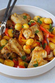 Een zeer eenvoudig maar onwijs smakelijk ovengerecht: Mediterraanse ovenkrieltjes met kip en chorizo // Francesca Kookt