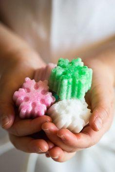 Un'idea per i regali di Natale e per giocare con i nostri bimbi. Delle semplici zollette di zucchero aromatizzate e colorate pronte in pochi minuti.