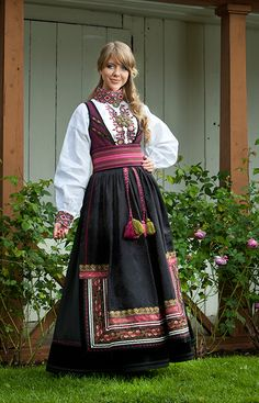 Norwegian bunad Culture Clothing, Folk Clothing, Norwegian Clothing, Frozen Costume, Scandinavian Fashion, Beautiful Costumes, Ethnic Dress, Folk Costume, Unique Dresses