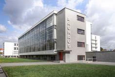 Bauhaus gebouw van Walter Gropius in Dessau Duitsland Design Bauhaus, Bauhaus Style, Walter Gropius, Deco France, Bauhaus Building, True Homes, Stay Overnight, White Building, International Style