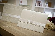 Em todos os seus detalhes, este convite de casamento é fino, elegante e delicado.