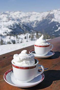 Kuuma kaakao maistuu laskupäivän lomassa Italian Alpeilla. #hotchocolate #Alps