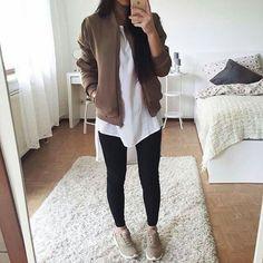 Leggings, una blusa súper sencilla, tenis y campera coqueta.   Pinterest: @JessiiRuiz