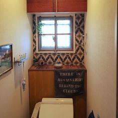 トイレタンクを隠して収納力もUP♪DIYアイデア10選 | RoomClip mag | 暮らしとインテリアのwebマガジン Sink Toilet Combo, Diy And Crafts, Mirror, Interior, House, Furniture, Home Decor, Toilet Ideas, Bath