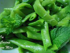 Fagiolini verdi per una fresca insalata- aceto e foglie di menta