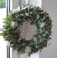 eucalyptus en gipskruid; prachtig!! Dried Flower Wreaths, Wreaths And Garlands, Dried Flowers, Wreaths For Front Door, Door Wreaths, Beautiful Front Doors, Xmas Crafts, Tree Toppers, Diy Wreath