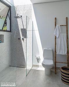 #banhoaberto Duas chapas de vidro incolor - não há porta - compões esse boxe fluido, que evita a sensação de confinamento. A janela próxima ajuda o vapor a escapar. Trabalho de Marcella Leite @marcella_leite_arquitetura para uma casa de praia. #revistaaec #marcellaleitearquitetura #branco #white #seixo #vidro #arquitetura #architecture #cool #instacool #banheiro #bathroom