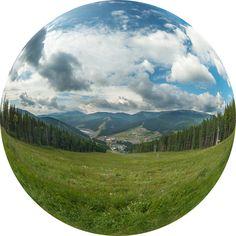 Вид на Буковель. 3D панорама. Буковель - украинский горнолыжный курорт у подножия горы Буковель, неподалеку от села Поляница Яремчанского городского совета на высоте 900 метров над уровнем моря, в 30 км от г. Яремче. Самый большой и самый современный горнолыжный курорт в Украине.