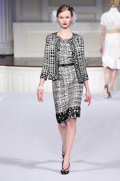 Oscar de la Renta Pre-Fall 2011 Fashion Show – Women's Fashion Fashion 2020, Runway Fashion, Fashion Show, Fashion Looks, Womens Fashion, Fashion Design, Chanel Style Jacket, Vogue, Couture Fashion