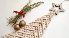 Christmas Ball Ornaments Diy, Christmas Crafts To Make, Christmas Tree Pattern, Holiday Crafts, Dream Catcher Craft, Macrame Wall Hanging Diy, Macrame Owl, Macrame Design, Macrame Projects