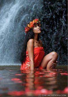 A Tahitian Vahine (woman). Polynesian Dance, Polynesian Islands, Polynesian Culture, Hawaiian Islands, Hawaiian Art, Hawaiian Tattoo, Bora Bora, Tahitian Dance, Hula Dancers