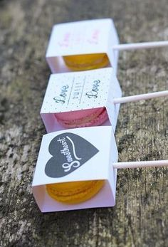 Do Me a Favour: Macaron Posh Pops – Natalia Do Me a Favour: Macaron Posh Pops Food on sticks are irresistible to me. Canapes, lollies, magnums, kebab skewers, anything on a stick. What could possibly be cuter than a macaron on a stick? Macarons, Wedding Blog, Wedding Gifts, Wedding Day, Diy Wedding, Wedding Favours Unique, Wedding Planner, Wedding Souvenir, Chapel Wedding