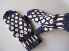 virveriikka: Sinivalkoiset pallolapaset Knit Socks, Knitting Socks, Mittens, Fingerless Mitts, Fingerless Mittens, Gloves
