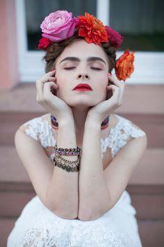 Inspiriert von Frida Kahlo: Malerische Hochzeitsinspiration im mexikanischen Stil http://www.hochzeitswahn.de/inspirationsideen/inspiriert-von-frida-kahlo-malerische-hochzeit-im-mexikanischen-stil/ #inspiration #fridakahlo #bride