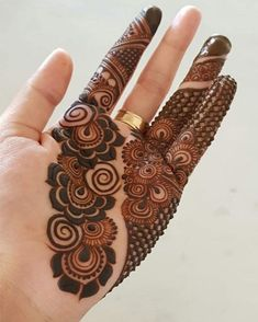 Arabic mehndi art is widely popular all over the world due to its simplicity and abstract designs. The flower and leaf design starts from the thumb and extends till the calf. Black mehndi is used to draw the borders and henna is used to fill up the entire pattern. #New_mehndi_design #Hand_mehndi_designs #mehndi_design_2020 #Front_hand_Mehndi_designs #designs_for_wedding Henna Hand Designs, Mehndi Designs Finger, Modern Henna Designs, Latest Bridal Mehndi Designs, Wedding Mehndi Designs, Mehndi Designs For Fingers, Beautiful Henna Designs, Henna Tattoo Designs, Latest Mehndi
