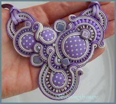 Egy fantasztikus osztályfőnöknek készült ez a teljesen lila színekből álló aszimmetrikus sujtás medál, aki 4 évig anyjuk helyett an...