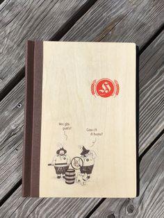ClemmUp-Speisekarte aus Holz mit Digitaldruck Paper Shopping Bag, Cover, Books, Decor, Menu Chalkboard, Wine List, Book Binding, Period Story, Food Menu