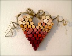 Il sagit dun coeur fabriqué à partir de bouchons de vin. Le dégradé de violets est le résultat dêtre dans les bouteilles. Le noeud est fait de raphia. Le coeur est suspendu au mur de la proue. Le coeur en verre mesure environ un pied. Léger et adorable.  Fait un grand cadeau pour les amateurs de vin