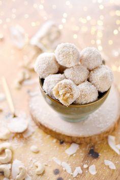 Truffes crues à la noix de coco, une recette de truffes à la noix de coco sans cuisson, une mignardise à déguster pour les fêtes, en cas de petit creux ou juste pour le plaisir #marmiton #truffe #coco #cajou #sanscuisson #cru #ball #energyball