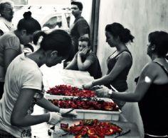 sagra della nocciola e del cinghiale  donne al lavoro per preparare il peperone rosso sotto aceto ...la pupacchiola