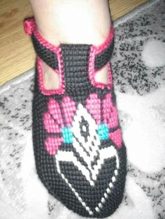 This Pin was discovered by Ays Tunisian Crochet, Diy And Crafts, Baby Shoes, Sneakers, Kids, Clothes, Fashion, Beret, Gloves