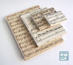 Libretas hechas a mano reciclando 4 páginas de unas antiguas partituras musicales.