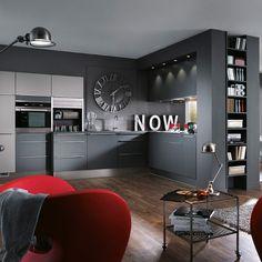 Une cuisine grise pour un esprit loft. Dans une déclinaison de gris foncé, la cuisine prend des airs de cuisine industrielle et donne à votre intérieur un esprit loft. C'est idéal pour les petits espaces et les cuisines ouvertes, lorsque toute la décoration est harmonisée autour de la cuisine. On réinjecte ci et là des éléments pour rappeler la cuisine grise, et à l'inverse, on apporte des touches de décoration en accord avec le reste de la pièce de vie. Pour éviter le total look gris foncé…