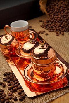 %100 El Yapımı Bakır Kahve Seti 2'li (Handmade Copper Coffee Set For 2 Person) Elde çekiçle dövülerek imal edildikten sonra keçe ve fırça ile parlatılmış. Kurumsal hediyelik ihtiyaçlarınız için, özel karton hediye kutusu içinde, 2 adet bakır fincan 1 adet bakır lokumluk 1 adet bakır tepsi 33 cm www.rumiart.com