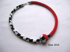 Häkelkette rot, weiß schwarz mit Häkelkugel