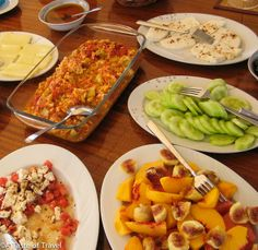 The best turkish breakfast includes slices of succulent peaches,sweet black figs, yoghurt, honey and menemen! Tagine, Breakfast Around The World, Black Fig, Turkish Breakfast, Turkish Recipes, Recipe Of The Day, Chicken Wings, Succulents, Easy Meals