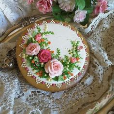 Roses around - cake by Teri Pringle Wood - CakesDecor