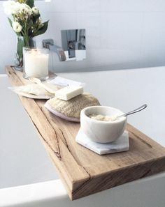 Relájate con una bandeja para bañera. | 15 Ideas elegantes pero baratas para decorar tu baño
