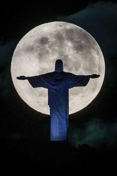 Cristo Redentor, braços abertos sobre a Guanabara, esse samba é só porque, Rio eu gosto de você, a morena vai sambar , seu corpo todo balançar...