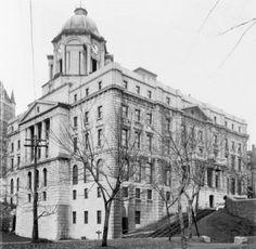 Édifice du bureau de poste après 1924 montrant l'aile de 1913 et sa façade en trompe l'oeil (Bureau de poste de Québec, Jules-Ernest Livernois, sans date, MIKAN 3330536, Bibliothèque et Archives Canada)