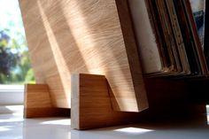 Handgemaakte record rek, vervaardigd van top kwaliteit eiken. De eik is dubbele verzegeld met Deense olie.  De stand van de opslag is ontworpen voor het gemakkelijke doorbladeren; het is een aantrekkelijke manier om te pronken en te doorbladeren van uw favoriete albums. Perfect voor gebruik boven op een kast of tafel.  Maximaal 45 LPs houdt. Het rek slots samen in vier stukken en plat kan worden opgeslagen.  Als u geen specifieke vereisten formaat, neem contact met mij of kiezen uit de…