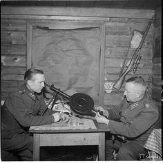 12.Divisioonan komentaja eversti Tiainen(oikealla) ja hänen alaisensa Jalkaväkirykmentti 34:n komentaja everstiluutnantti Teittinen tarkastelevat sota- saaliiksi saatua 7,62 mm:n Degtjarev DP-27-pikakivääriä JR 34:n esikunnassa Loimolassa 31.12.1939