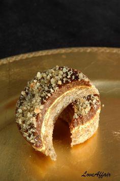 Jedan od omiljenih mi 'slavonskih' kolaca. Prisutan na gotovo svim slavljima, uvijek mi je nekako iskakao iz sarene i raznovrsne tacne ...